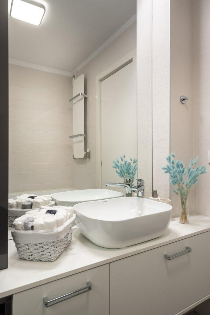 Amenajare baie mică, modernă, stil marin, apartament vechi. Arh. Cristiana Zgripcea