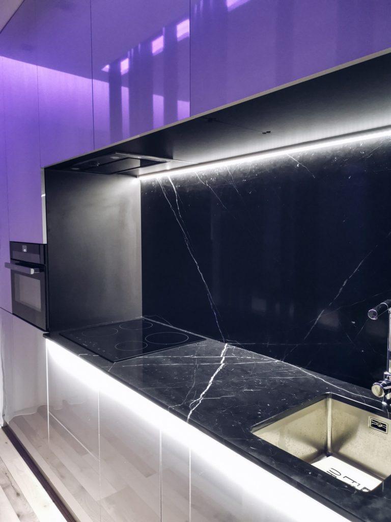 Amenajare bucătărie elegantă cu marmură și LEDuri - apartament Iași - PureAmbianceDesign (1)