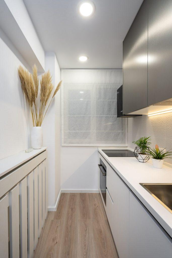 Amenajare bucătărie mică, modernă albă cu gri, apartament vechi. Arh. Cristiana Zgripcea (1)