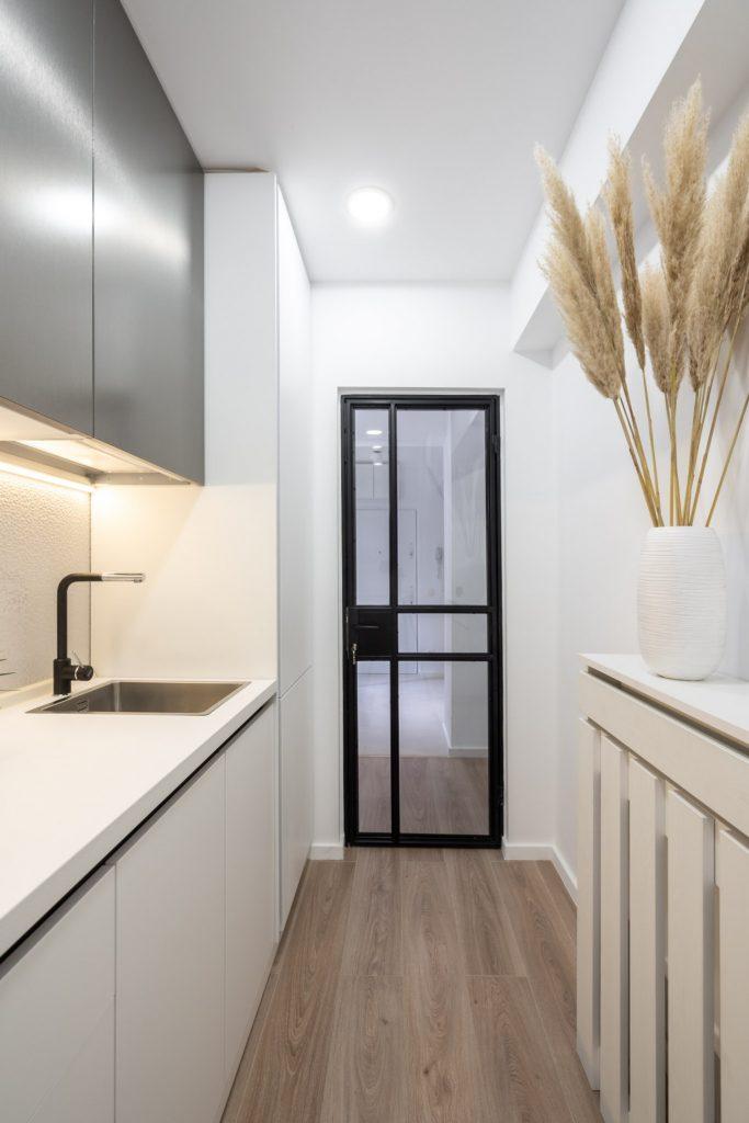 Amenajare bucătărie mică, modernă albă cu gri, apartament vechi. Arh. Cristiana Zgripcea