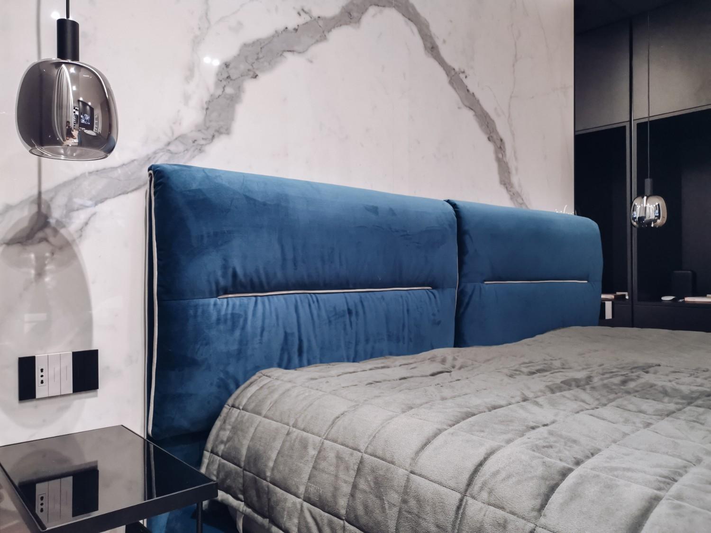 Amenajare dormitor elegant cu marmură și șemineu Iași - PureAmbianceDesign