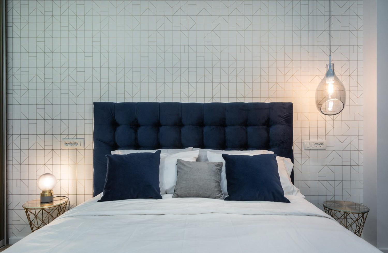 Amenajare dormitor elegant cu pat tapițat și dressing