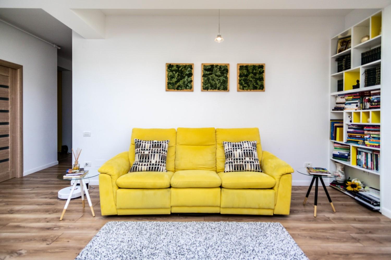 Canapea galbena - living open space penthouse designer Alina Enica