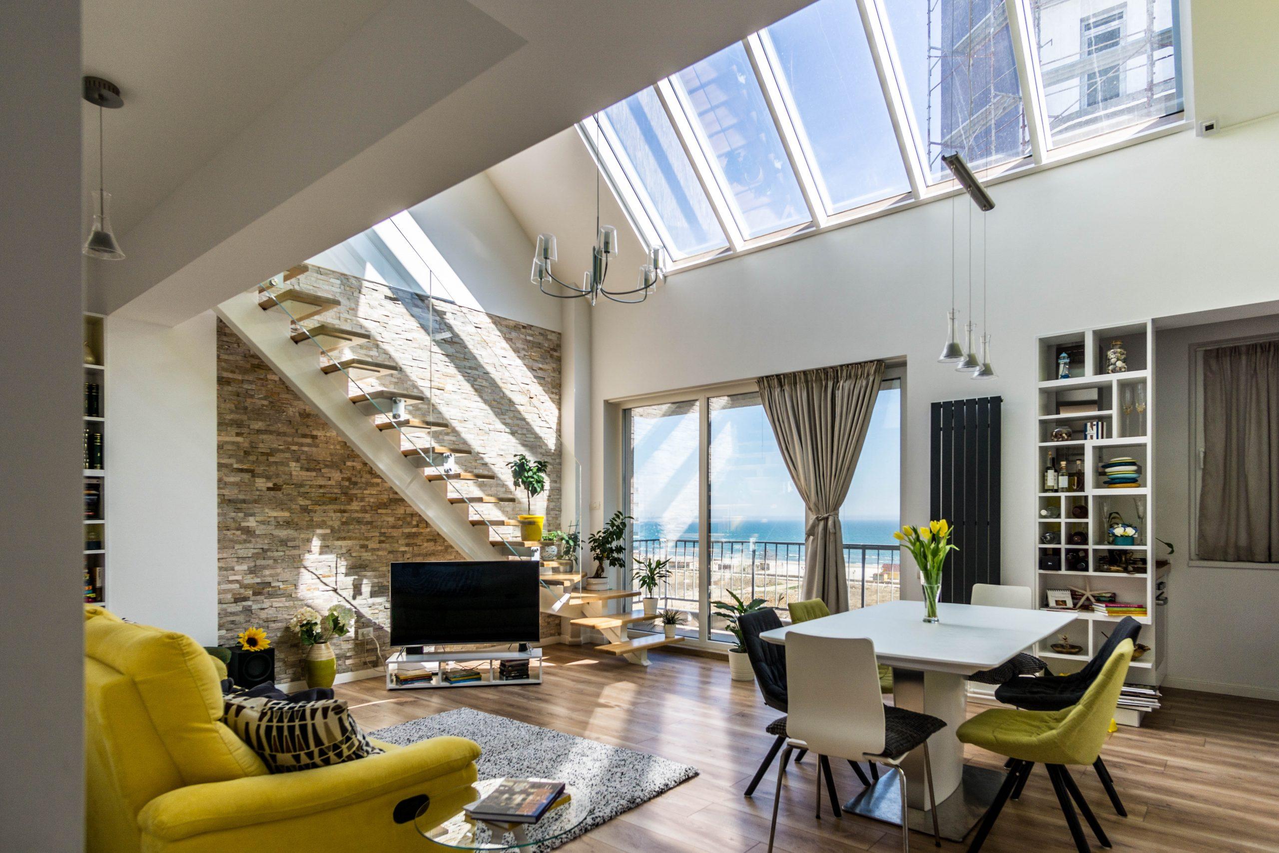 Penthouse duplex cu vedere spre mare - living open space ferestre de mansarda - designer Alina Enica