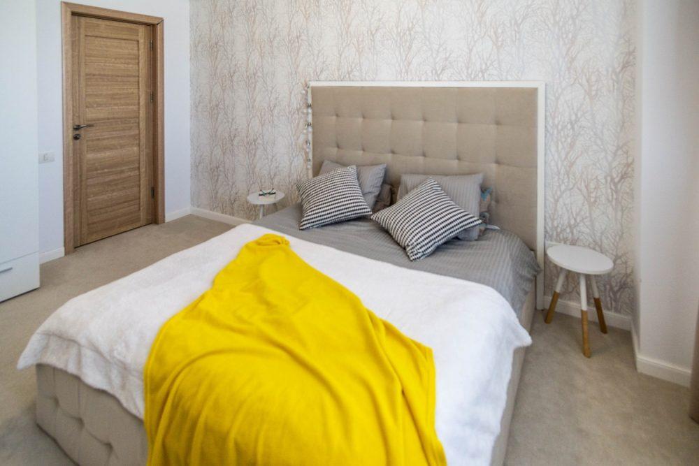 Dormitor oaspeti bej - penthouse Mamaia - designer Alina Enica