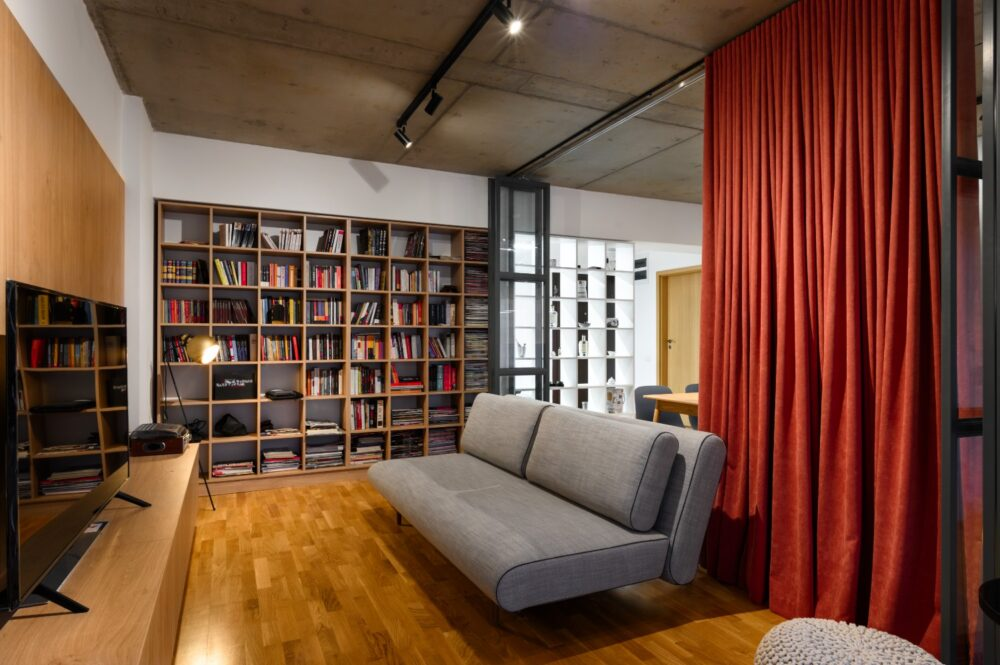 Living open space cu dining si bucatarie, biblioteca, glasswand separator - amenajare Diez Office