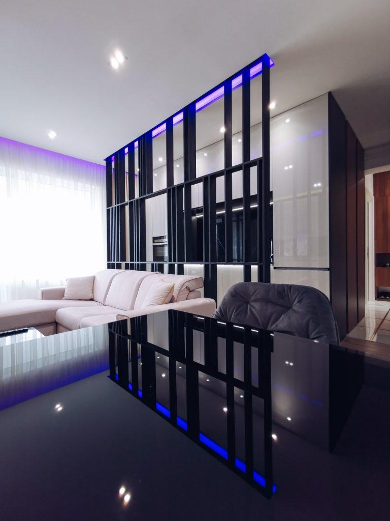 Living separat de bucătărie prin corp metalic - open space Iași - PureAmbianceDesign
