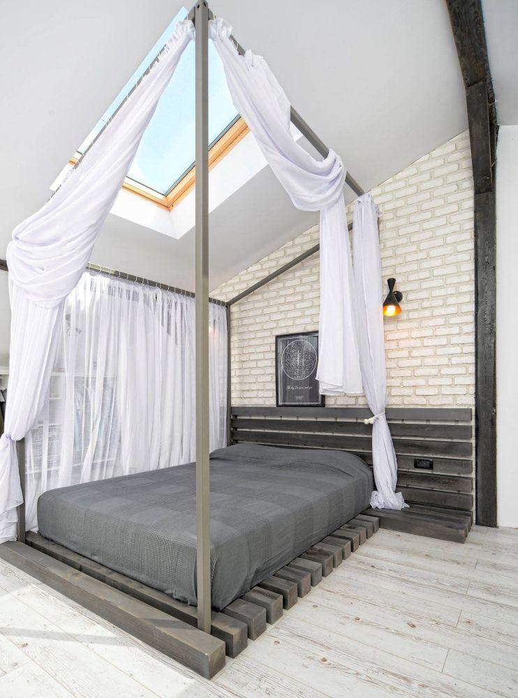 dormitorul de la mansardă cu pat cu baldachin