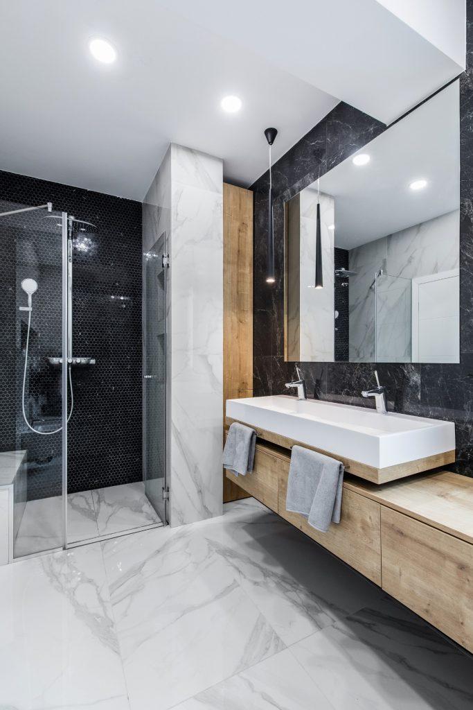Amenajare baie moderna marmura alba si neagra_Studio 2.1