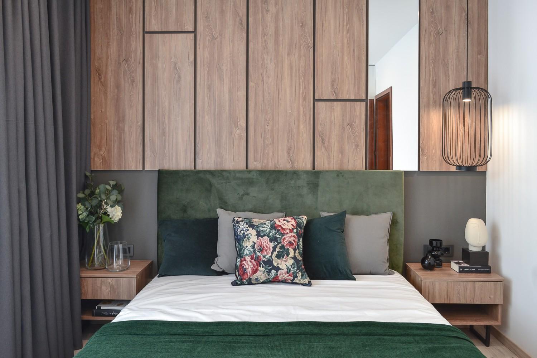 Amenajare dormitor cu pat tapitat verde tablie din pal cu oglinda - Kanso Design (1)