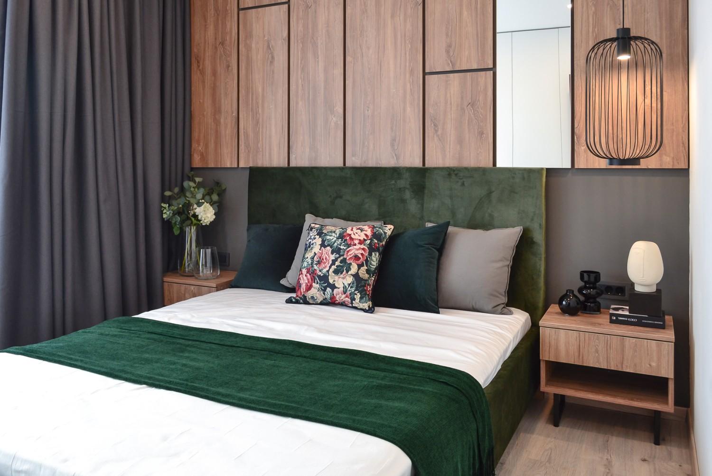 Amenajare dormitor cu pat tapitat verde tablie din pal cu oglinda - Kanso Design