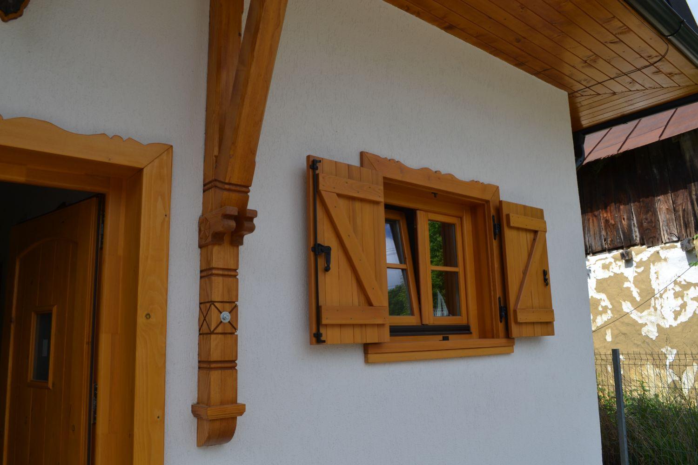 Lemnul sculptat dă un aspect autentic fațadei