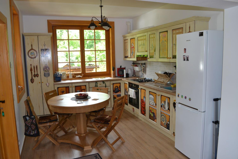 Pictura tradițională pe mobila de bucătărie