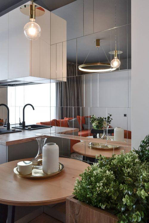 Living open space cu bucatarie alba placata cu oglinzi Cluj Napoca - arh. Andra Bica Kanso Design (5)