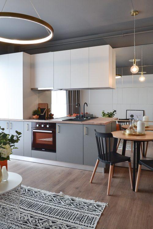 Living open space cu bucatarie alba placata cu oglinzi. Loc de luat masa - arh. Andra Bica Kanso Design (2)