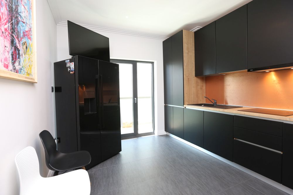backsplash cuprat si mobilier negru