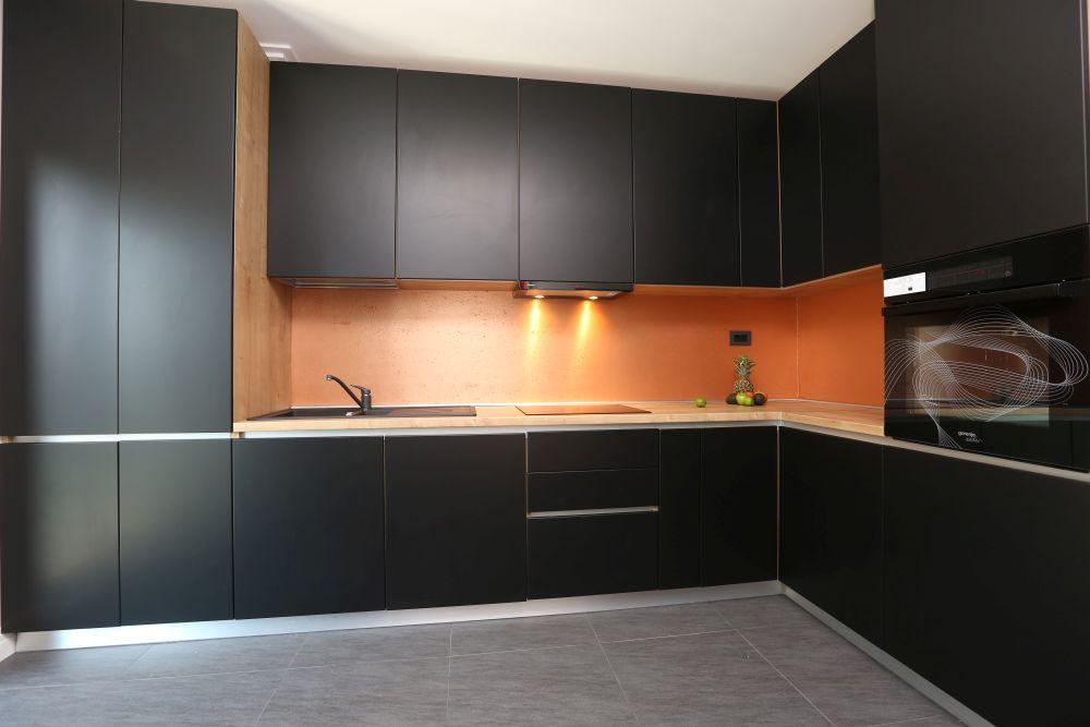 Bucătărie cu mobilier negru în stil minimalist