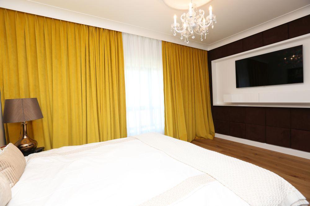 dormitor cu candelabru din sticlă