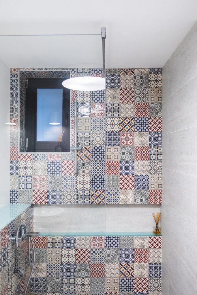Baie vilă Corbeanca faianță patchwork - Reflex Architecture (1)