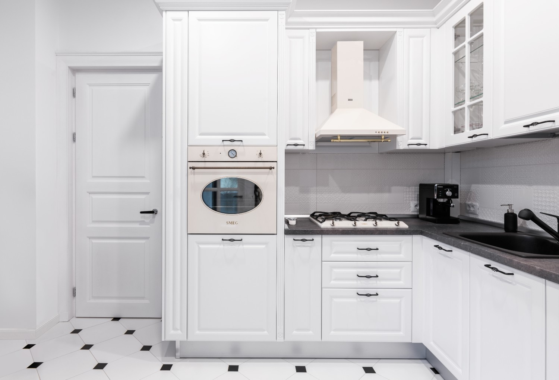 Bucătărie albă stil bistro - apartament cu aer franțuzesc de lângă parcul Cișmigiu - arh. Cătălina Simion, Volucre