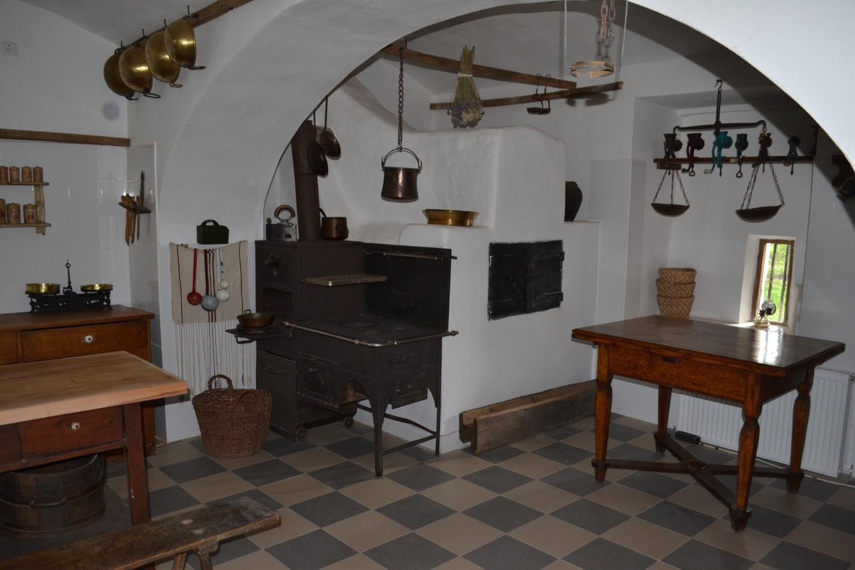 Atmosfera unei bucătării de castel de secol XVIII este redată în pivnița castelului, acum spațiu pentru mese festive.