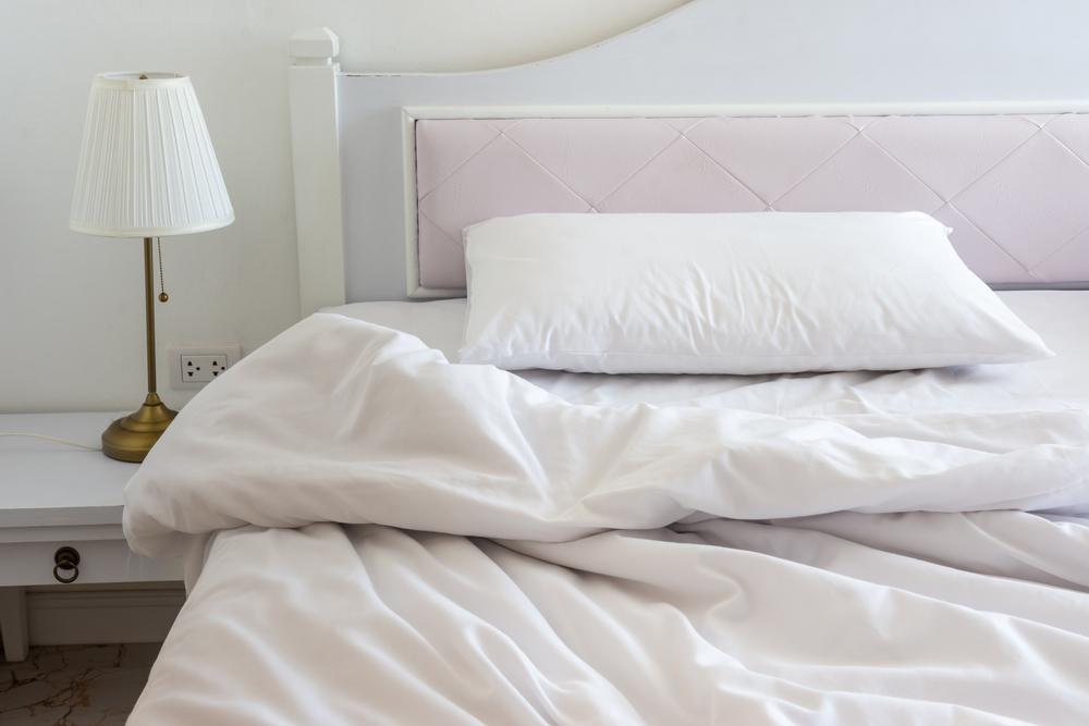 perna pe pat