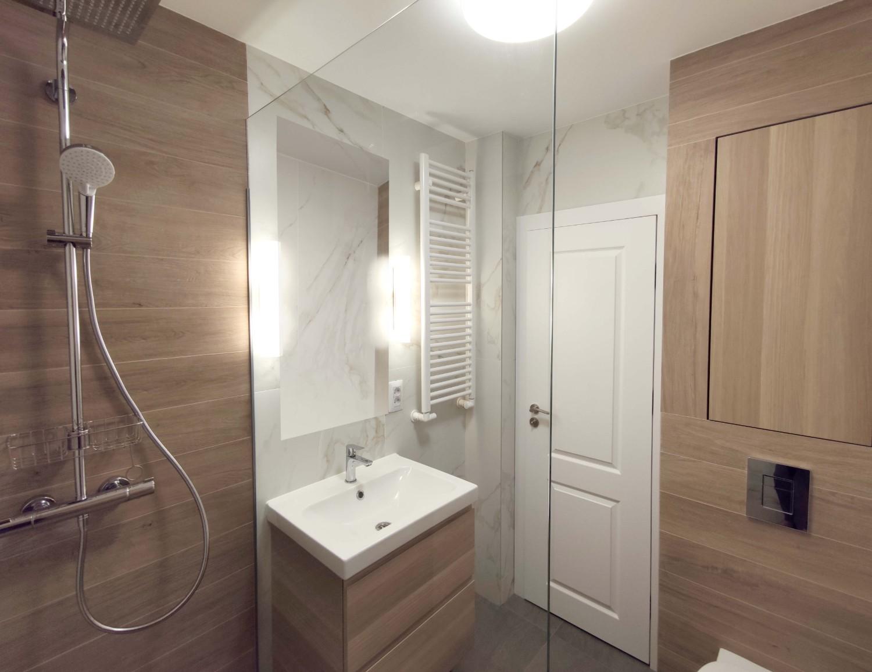 Amenajare baie cu lemn și marmură - arhitect Oana Țapu
