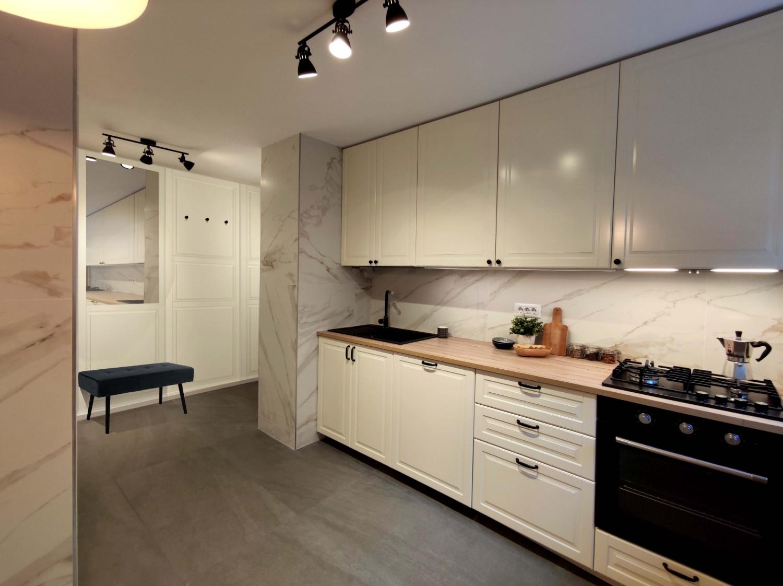 Amenajare bucătărie albă apartament cu marmura si lemn arhitect Oana Țapu