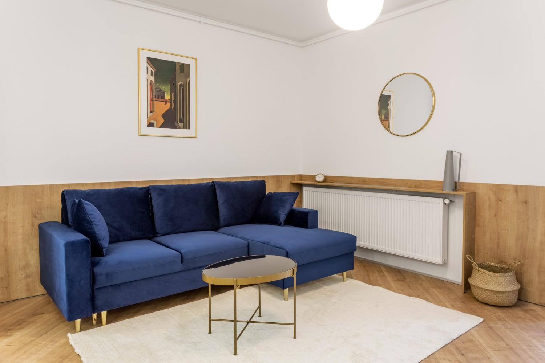 Amenajare apartament de inchiriat - living cu canapea albastră - Space Casuals