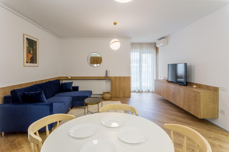 Amenajare apartament de inchiriat - living cu canapea albastră - Space Casuals (6)