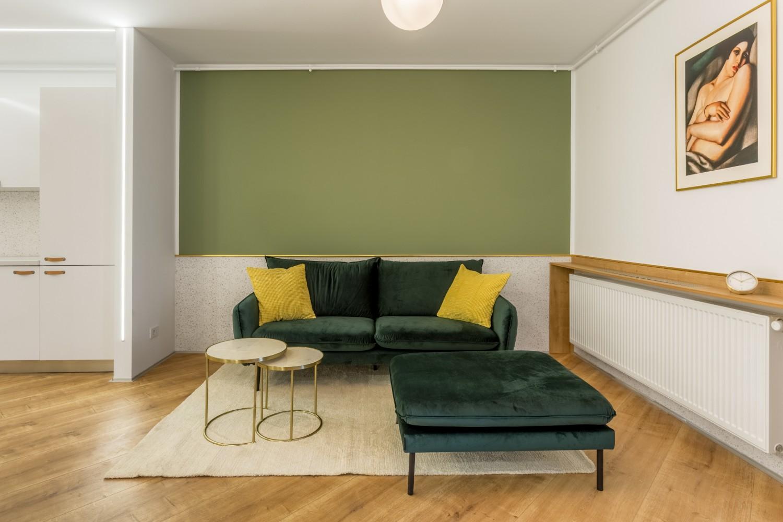 Amenajare apartament de inchiriat - open space cu bucătărie albă și living cu perete verde - Space Casuals (2)