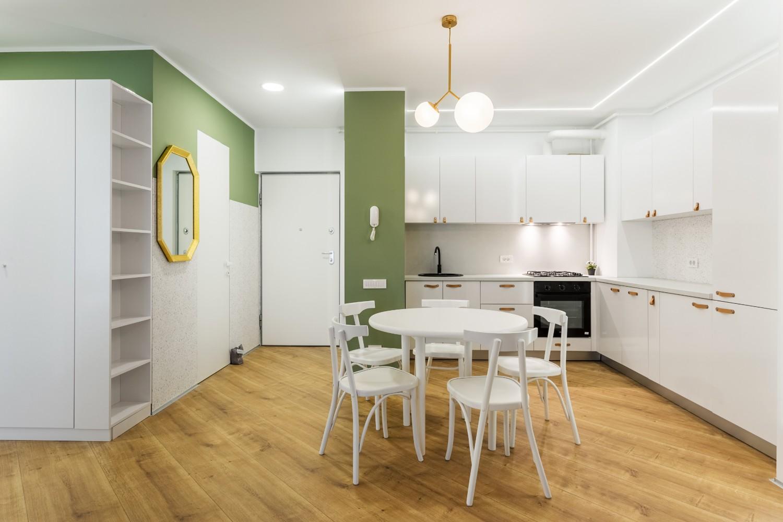 Amenajare apartament de inchiriat - open space cu bucătărie albă și living cu perete verde - Space Casuals