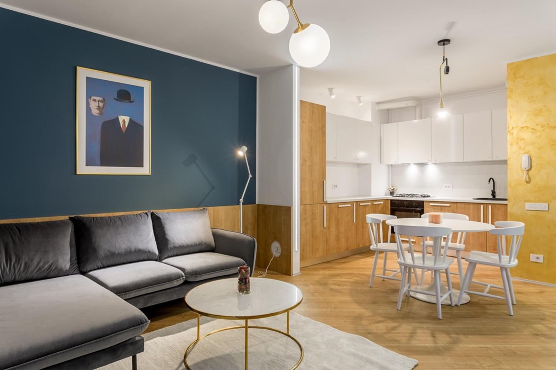 Amenajare apartament de inchiriat - open space cu perete auriu și albastru - Space Casuals