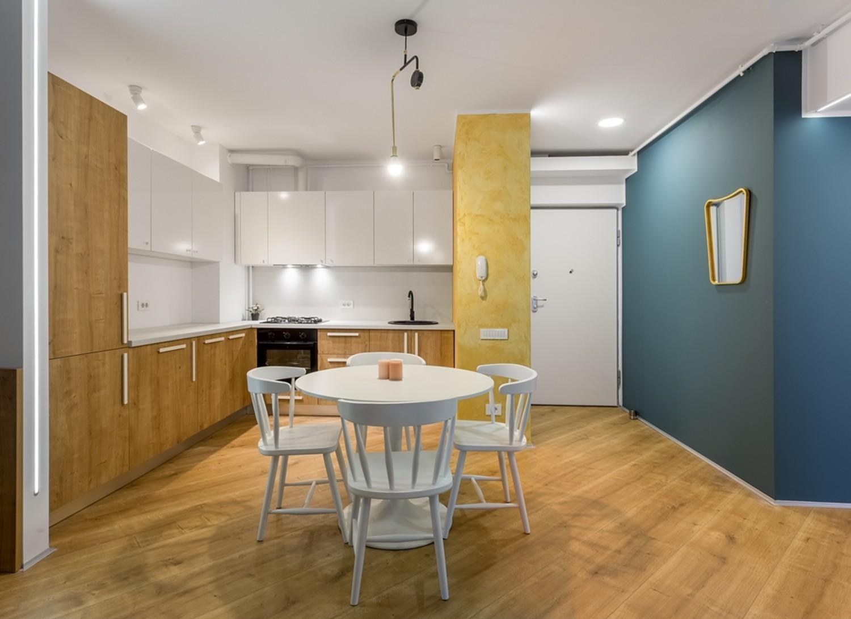 Amenajare apartament - open space cu perete auriu și albastru - Space Casuals