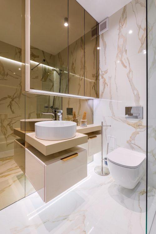 Amenajare baie glam cu marmură apartament elegant de închiriat Cătălina Simion Volucre