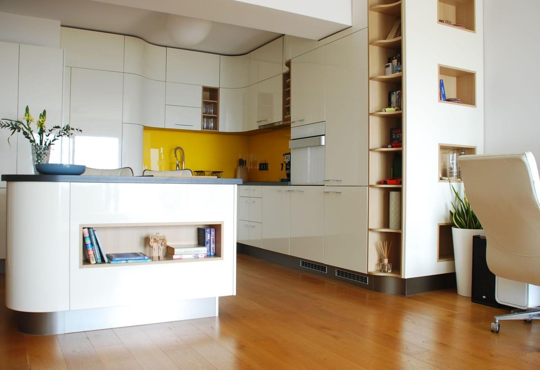 Amenajare apartament modern de inchiriat Bucuresti - mobilier de bucătărie curb alb - arhitect Oana Tapu