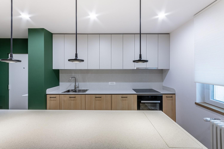 Amenajare bucatarie mobilier alb cu insula si perete verde - Craftr