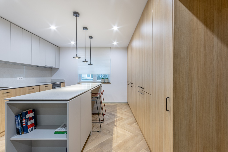 Amenajare de bucatarie cu insula - renovare apartament comunist - Craftr (1)