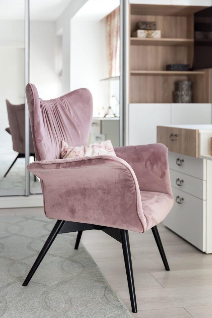 Amenajare dormitor elegant Buzău - fotoliu roz catifea - arh. Ștefania Bobaru - Vim Studio