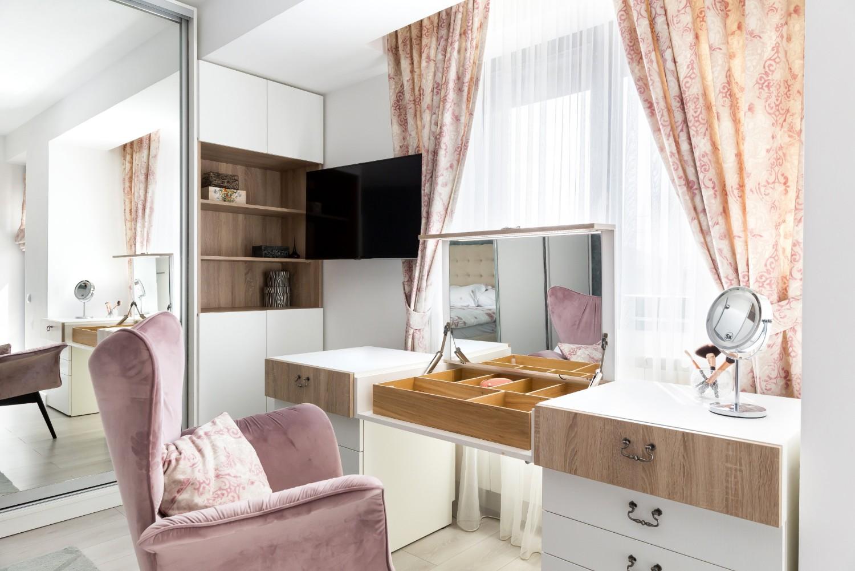 Amenajare dormitor elegant Buzău - masă de machiaj cu fotoliu roz - arh. Ștefania Bobaru - Vim Studio