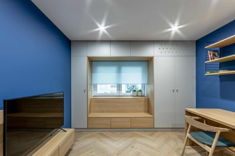 Camera adolescent cu colt la fereastra si pereti albastri - Craftr (1)