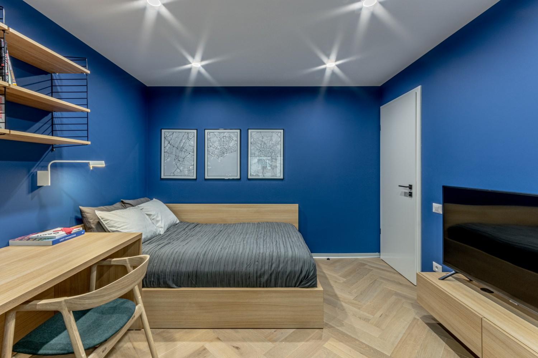 Camera adolescent cu colt la fereastra si pereti albastri - Craftr (2)