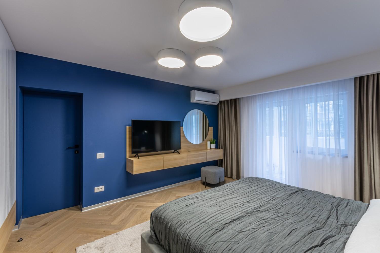 Dormitor modern cu perete albastru - amenajare Craftr (2)