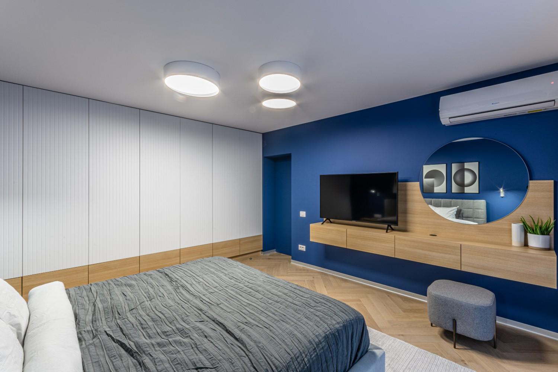 Dormitor modern cu perete albastru - amenajare Craftr (3)