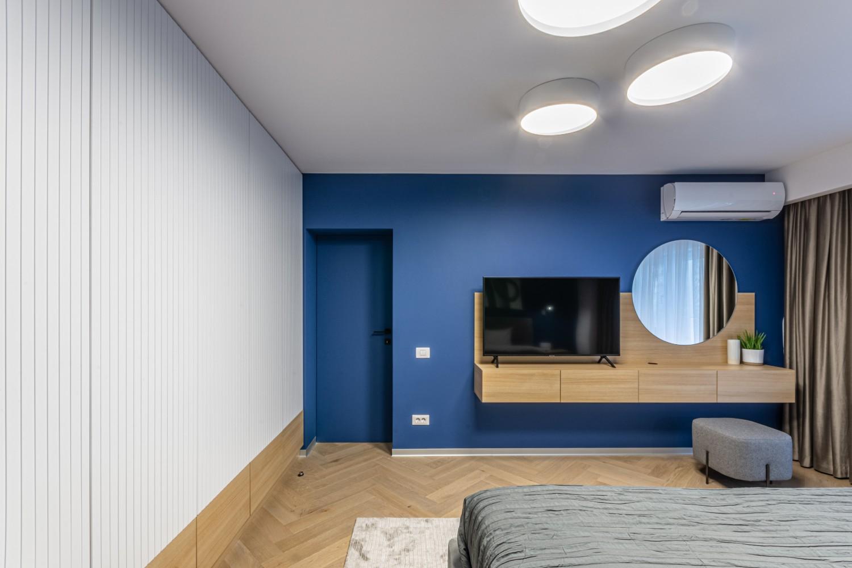 Dormitor modern cu perete albastru - amenajare Craftr