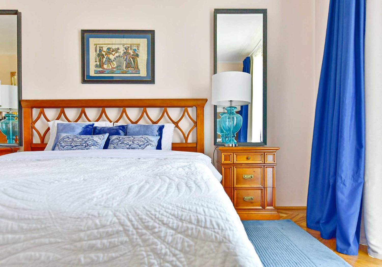 Amenajare dormitor cu mobilier clasic si accente de albastru - casa Targu Mures - Simona Ungurean (2)