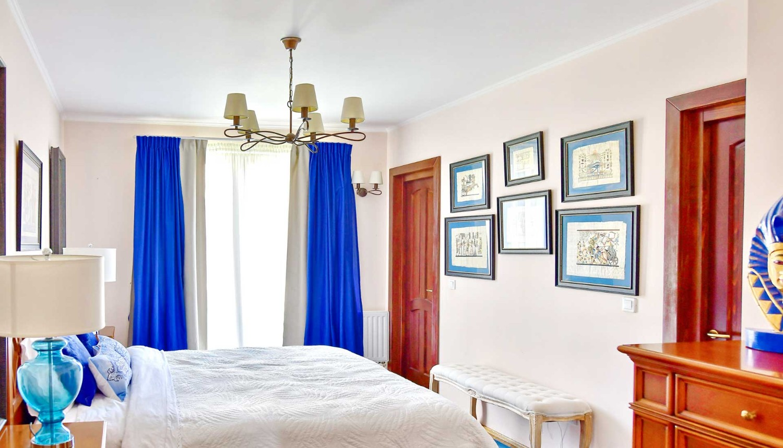 Amenajare dormitor cu mobilier clasic si accente de albastru - casa Targu Mures - Simona Ungurean (4)