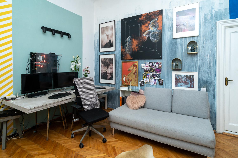 Apartament cu trei camere Calea Victoriei - acasă la arh. Larisa Rățoi - birou beton aparent pereți bleu color block