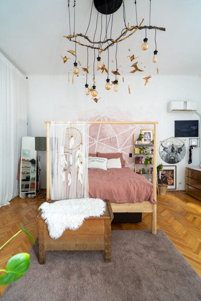 Apartament cu trei camere Calea Victoriei - acasă la arh. Larisa Rățoi - dormitor cu perete roz și lustră DIY