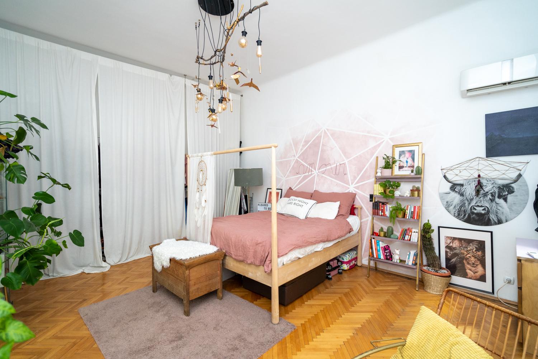 Apartament cu trei camere Calea Victoriei - acasă la arh. Larisa Rățoi - dormitor cu perete roz pat baldachin Ikea și lustră DIY (1)